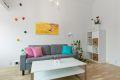 I stuen er det god plass til sofa og spisebord