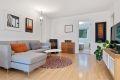 Stuen er stor og lys med mulighet til stor sofagruppe og spisebord