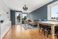 Pen og romslig stue med store vindusflater som gir rikelig med naturlig lys
