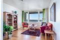 Stue med plass til spisebord og sofa.