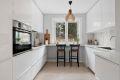 Kjøkken med spiseplass ved vinduet. Det er integrerte hvitevarer. Godt med skap- og benkeplass.