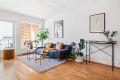 Lys og stor stue med god plass til sofagruppe og tv-møblement