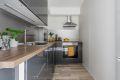 Åpen kjøkkenløsning mot stue med god skap- og benkeplass.