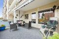 Stor terrasse med terrassemarkise. Terrassen er orientert mot sydvest med svært gode solforhold