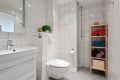 Bad har varmekabler, downlights og opplegg til vaskemaskin.