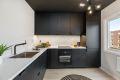 Innbydende kjøkken med integrerte hvitevarer