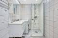 Badet er rehabilitert i regi av brl., ferdigstilt ca i 2016. Godt og didløst valg av fliser. Opplegg for vaskemaskin.