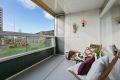 Stor og hyggelig vest- sydvestvendt balkong på 9 kvm med belysning, elektrisk solgardin og pent usjenert utsyn.