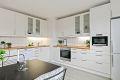 Stort og romslig kjøkken med nytt laminatgulv, nymalte strier på vegger og malt tak.