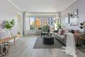 Stue med nytt laminatgulv, malte strier på vegger og malt tak. Fra stuen er det utgang til en hyggelig balkong med pent utsyn og gode solforhold.