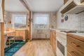 Kjøkken med belegg på gulv, tapet på kjøkken og takessplater i tak.