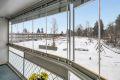"""Fra stuen er det utgang til en hyggelig sydvendt innglasset balkong på 10,5 kvm med balkongteppe, belysning, strømuttak og utvendige elektriske persienner. Innglassingen gir et flott """"ekstra"""" rom som forlenger balkongsesongen."""