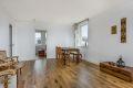 Stuen er romslig med gode lysforhold - boligen har nettopp fått lagt nye en stavs eik parkettgulv