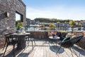 Terrasse med god plass til spisebord og sittegruppe.