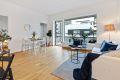 Stor stue med god plass til sofa og spisebord.