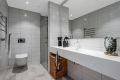 Lekkert, Corian heldekkende benkeplate, vegghengt toalett, dusj med glassdør. Servent batteri fra Hans Grohe. Elektrisk håndkletørker.