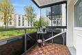 Balkongen er av fin størrelse, og man har god plass til diverse balkongmøblement. Treflisene på gulvet gir et lunt inntrykk