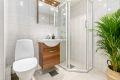 Moderne, flislagt bad/wc med varme i gulv og downlights i himling. Et godt sted å starte dagen! Det er opplegg til vaskemaskin i hjørnet til høyre
