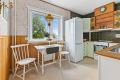 Leiligheten har et romslig kjøkken med fin plass til frokostbord ved vinduet