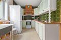 Kjøkkenet har rikelig med skap- og benkeplass, og det er lagt fliser over benken
