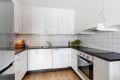 Moderne og tidløst kjøkken med god skap- og benkeplass.