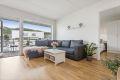 Leiligheten har en pen og romslig stue med parkett på gulv og lysmalte veggflater