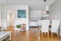 Åpen løsning mellom kjøkken og stue med plass til spisebord.