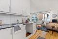 Kjøkken fremstår som tilbaketrukket fra stue og har en tidløs innredning.