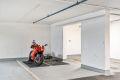 Det medfølger garasjeplass med heisadkomst til leilighetsplan. Muligheter for å sette inn ladestasjon, for mer informasjon se http://www.pelton.no/for-beboere/elbil
