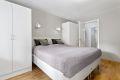 Soverommet er av svært god størrelse med inngang til eget omkledningsrom.