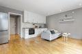 Behagelig atmosfære i stue/kjøkken med delikate farger på vegg i kombinasjon med gode mengder naturlig lys fra vindusflatene.
