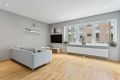 Hyggelig stue i åpen løsning med kjøkken med dimbare downlights i tak.