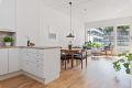 Åpen løsning med kjøkken og stue som får gode mengder lysinnslipp fra de store vindusflatene.