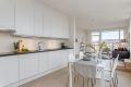 Kjøkken med glatte fronter og integrerte hvitevarer