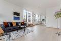 Lys stue med god takhøyde og store vindusflater