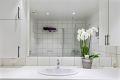Her er det flere smarte løsninger med blant annet gode mengder skapplass og opplegg for vaskemaskin og tørketrommel under benkeplate.
