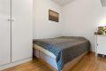 Soverom med plass til dobbeltseng, nattbord og garderobeskap.