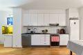 Kjøkken i tidløst design med fliser over benkeplate. Oppvaskmaskin medfølger.