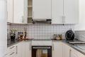 Kjøkken med godt med skap- og benkplass