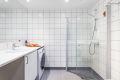 Lekkert flislagt bad med varmekabler og downlights