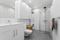 Lekkert flislagt bad med varmekabler i gulv, downlights og rainfall dusj for litt ekstra luksus i hverdagen.