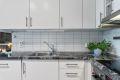 På kjøkken er det granitt benkeplate med fliser over og gode mengder skapplass.