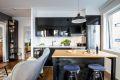 Kjøkken med flyttbar kjøkkenøy for ekstra benke- og oppbevaringsplass.