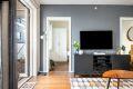Den ene veggen i stuen er malt i en lekker kontraktsfarge.