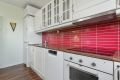 Kjøkkeninnredning med profilerte lakkerte formpressede fronter, 4 stk. fronter m/glass og laminat benkeplate.