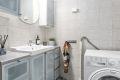 Bad består av dusjhjørne med dusjkar, servant m/underskap, speil, overlys, veggskap, skap og