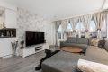 Stue med lyse farger og arealeffektiv planløsning
