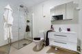 En god start på dagen begynner på et varmt og delikat baderom. Moderne servant, overskap med speil. romslig dusjhjørne.