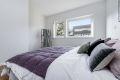 Soverommet har mye lys fra store vindusflater. Her sover dere godt.