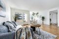 Stuen er romslig og lett å møblere, her kan du ha både salong og spisestue om du ønsker.